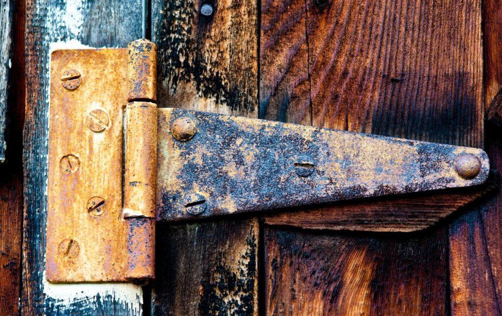 Порча под двери – что делать и как уберечь себя?